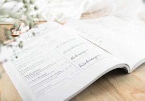 carnet de mariage ouvert YesOuiPages avec décor mariage